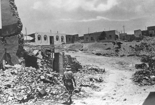 Tobruk. Ruiny miasta. Widoczny idący drogą żołnierz. /Z archiwum Narodowego Archiwum Cyfrowego
