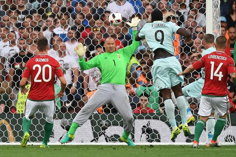 Toby Alderweireld (drugi z prawej) strzela gola dla Belgii w meczu z Węgrami /AFP