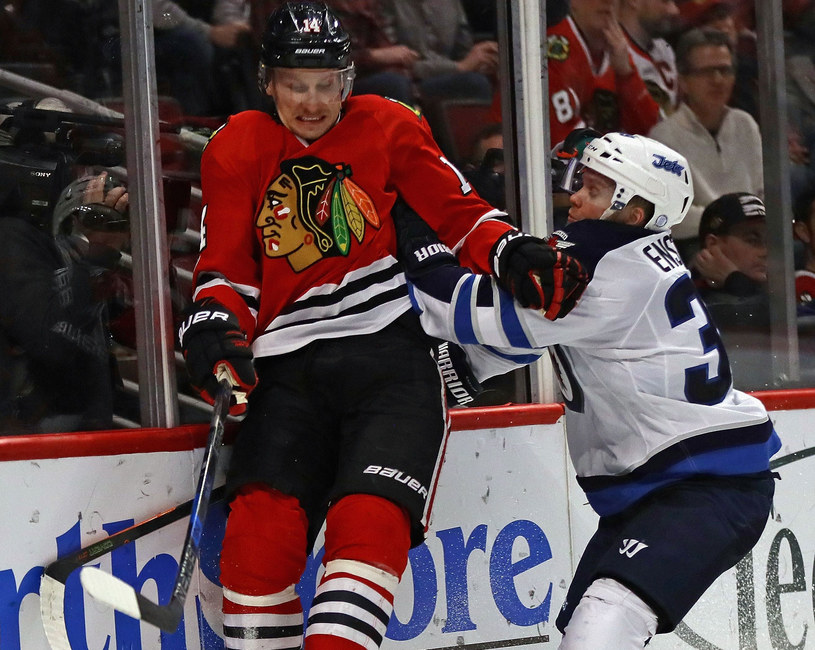 Toby Enstrom z Winnipeg Jets (z prawej) i Richard Panik z Chicago Blackhawks /AFP