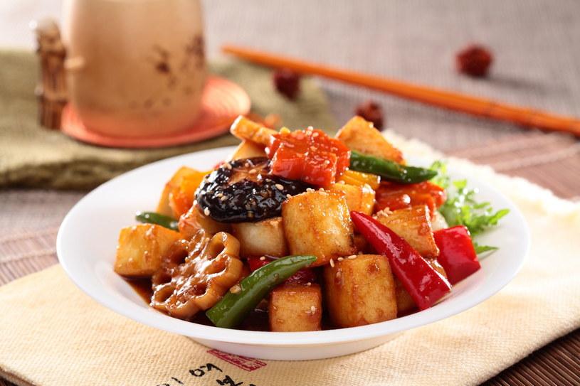 Tofu w panierce sprawdzi się idealnie z warzywami i makaronem /123RF/PICSEL