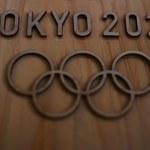 Tokio. Pływające koła olimpijskie do konserwacji