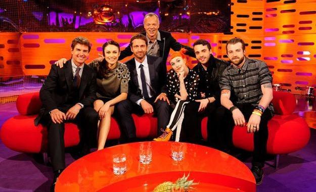 Tom Cruise, Olga Kurylenko, Gerard Butler, Graham Norton i grupa Paramore na słynnej czerwonej sofie /materiały prasowe
