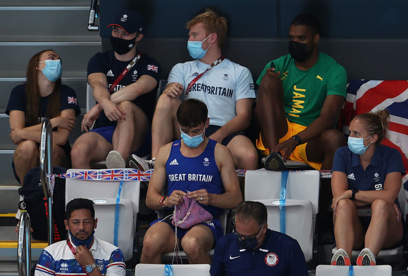 Tom Daley relaksuje się szydełkując /Clive Rose /East News