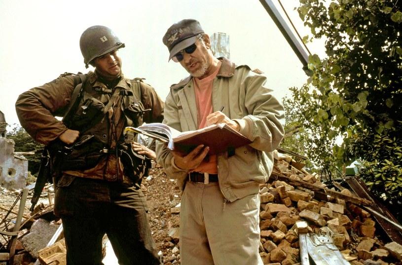 """Tom Hanks i Steven Spielberg na planie """"Szeregowca Ryana"""" /East News"""