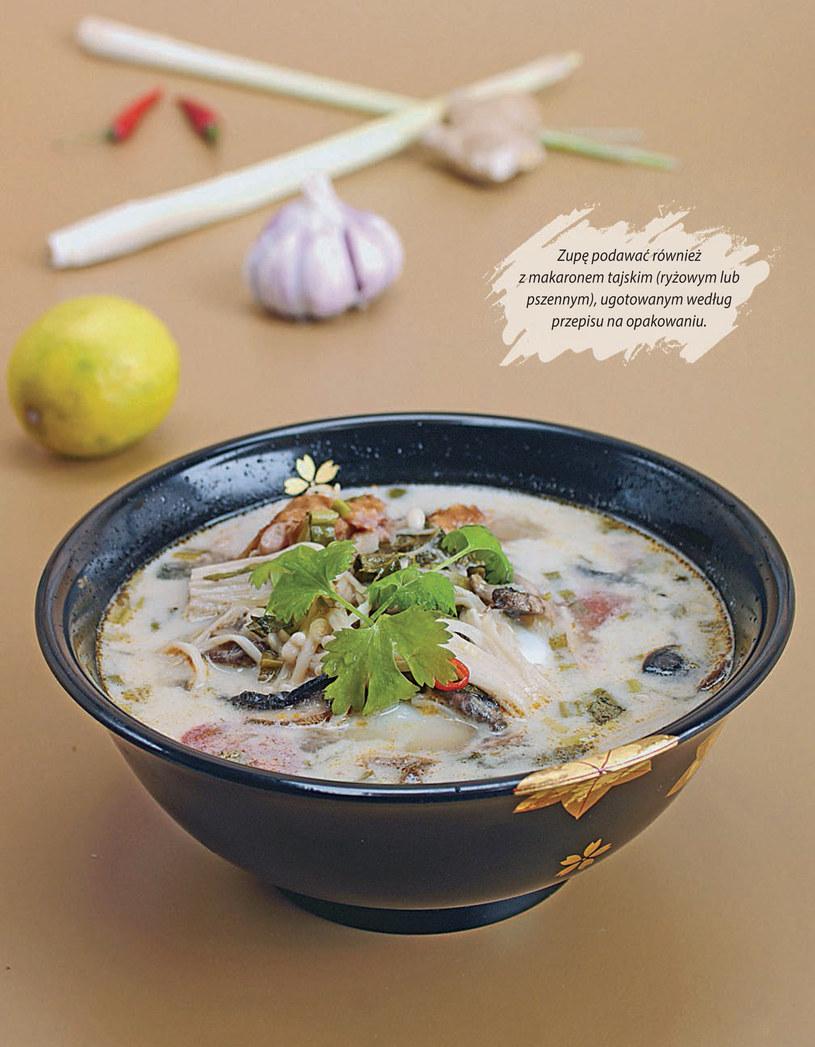 Tom kha gai - kokosowa zupa z kurczakiem /materiały prasowe