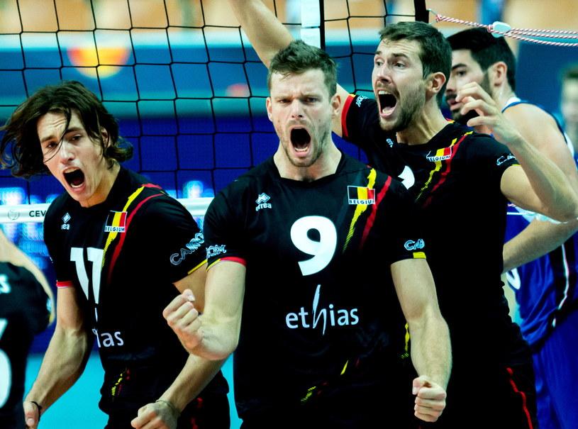 Tomas Rousseaux (w środku) i jego koledzy z reprezentacji Belgii cieszą się podczas ćwierćfinałowego meczu z Włochami w mistrzostwach Europy siatkarzy /AFP