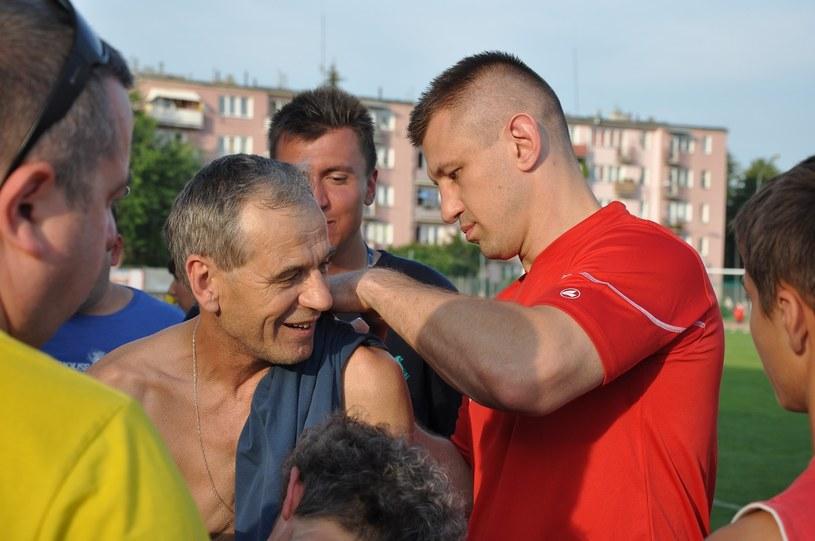 Tomasz Adamek jest rozpoznawalny nawet w środowisku piłkarskim /Adamek Team/Alan Kwiecień  /Informacja prasowa
