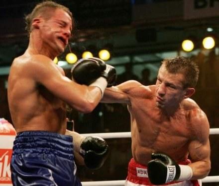 Tomasz Adamek wyprowadza cios w walce z Thomassem Ulrichem /Getty Images/Flash Press Media