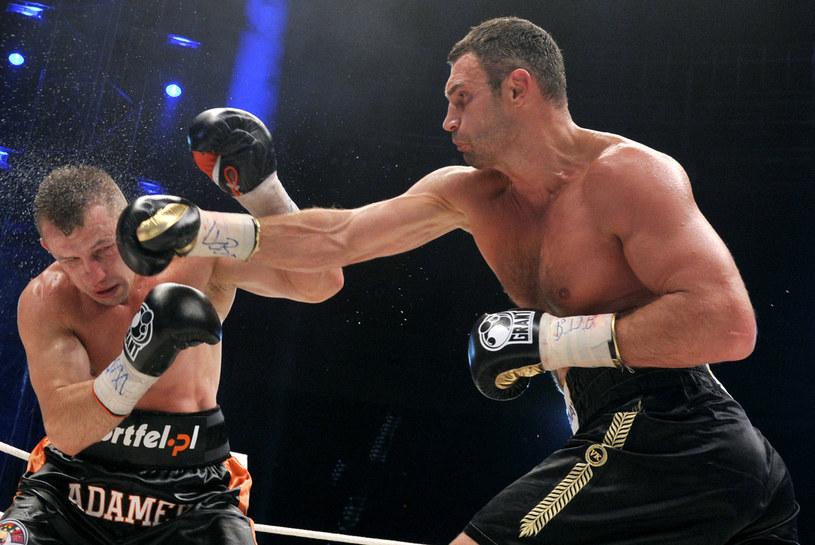 Tomasz Adamek (z lewej) w walce o mistrzostwo świata z Witalijem Kliczką /AFP