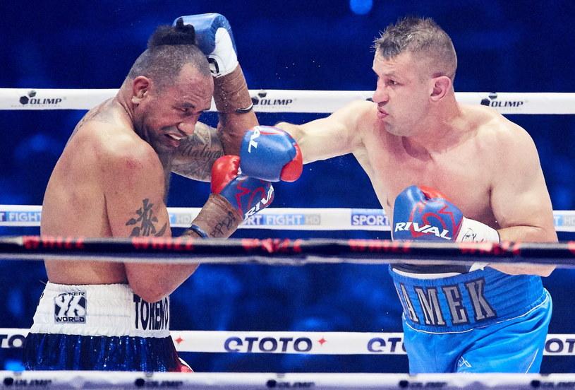 Tomasz Adamek (z prawej) wrócił na ring w dobrym stylu. Solomon Haumono nie mógł go poważnie trafić. /Adam Warżawa /PAP
