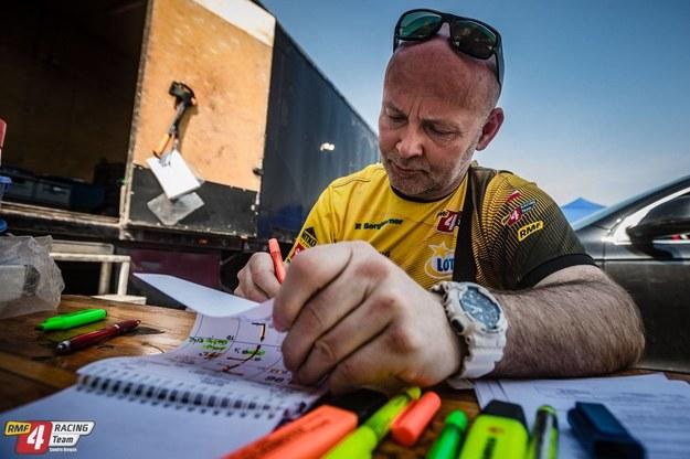 Tomasz Dołhan podczas opisywania trasy przejazdu /RMF 4Racing Team /