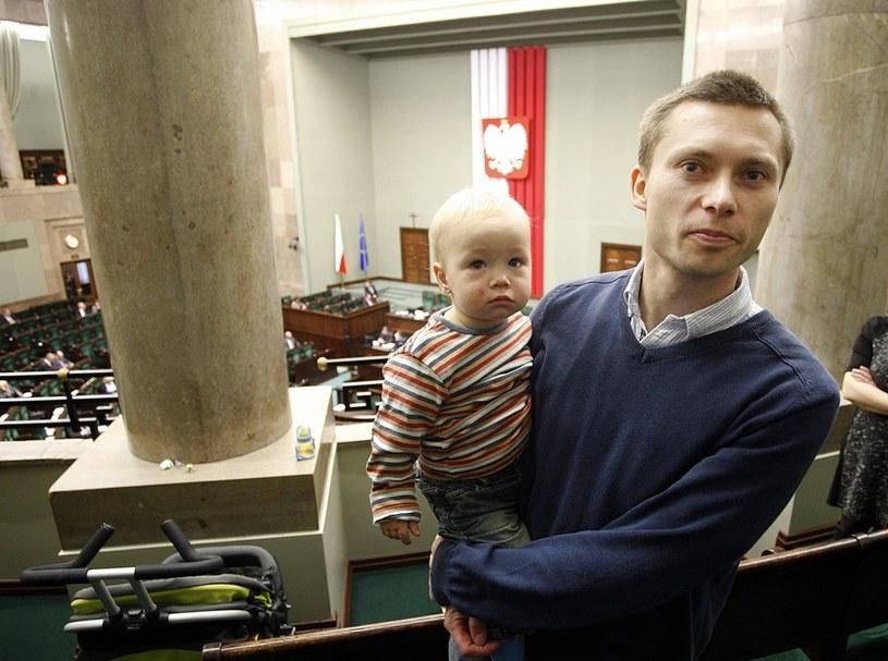 Tomasz Elbanowski z synem w Sejmie /Adam Guz /Reporter