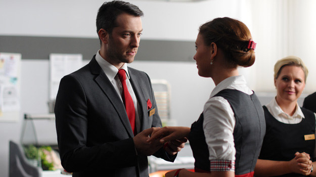 Tomasz (Filip Bobek) przed całym personelem oświadczy się Sarze (Klaudia Halejcio). /Polsat
