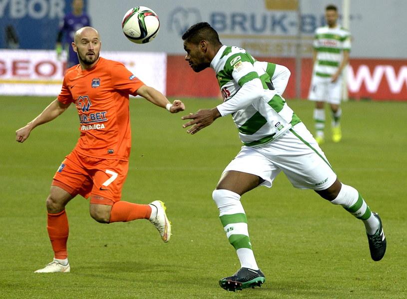 Tomasz Foszmańczyk (z lewej) walczy o piłkę z Gersonem /Fot. Darek Delmanowicz /PAP
