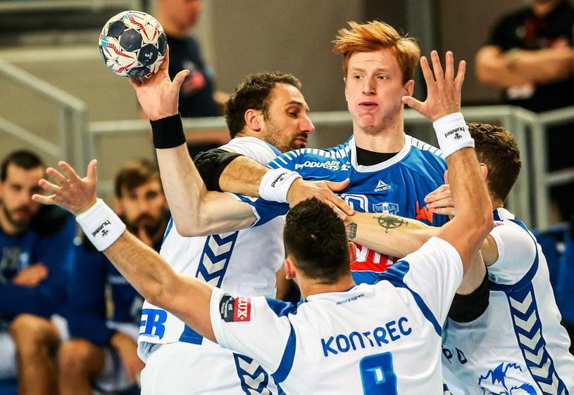 Tomasz Gębala osaczony przez graczy HC Zagrzeb /Fot. Marcin Bednarski /PAP