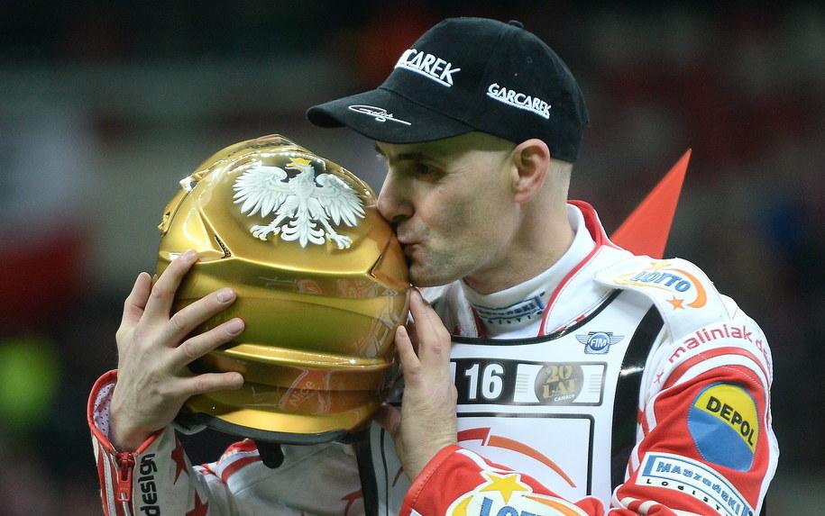 Tomasz Gollob całuje złoty kask po żużlowym Grand Prix Polski na Stadionie Narodowym /Bartłomiej Zborowski /PAP