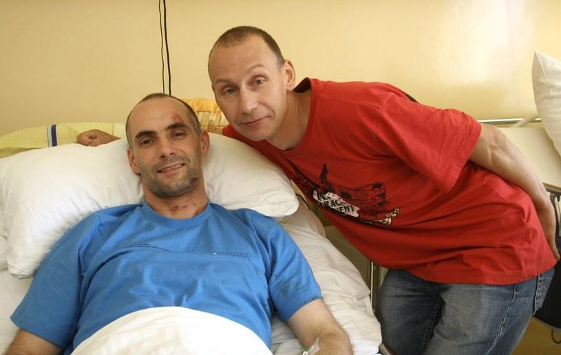Tomasz Gollob (leży w łóżku) i jego brat Jacek Gollob po wypadku lotniczym w 2007 roku /Robert Szwedowski /East News