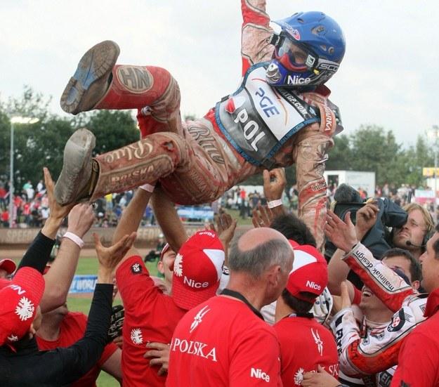 Tomasz Gollob w powietrzu po triumfie Polaków w DPŚ w 2010 roku /AFP