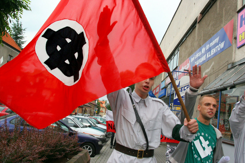 Tomasz Greniuch (z prawej) podczas manifestacji ONR w Myślenicach. Zdjęcie z 2005 roku /Bartosz Samecki /Reporter