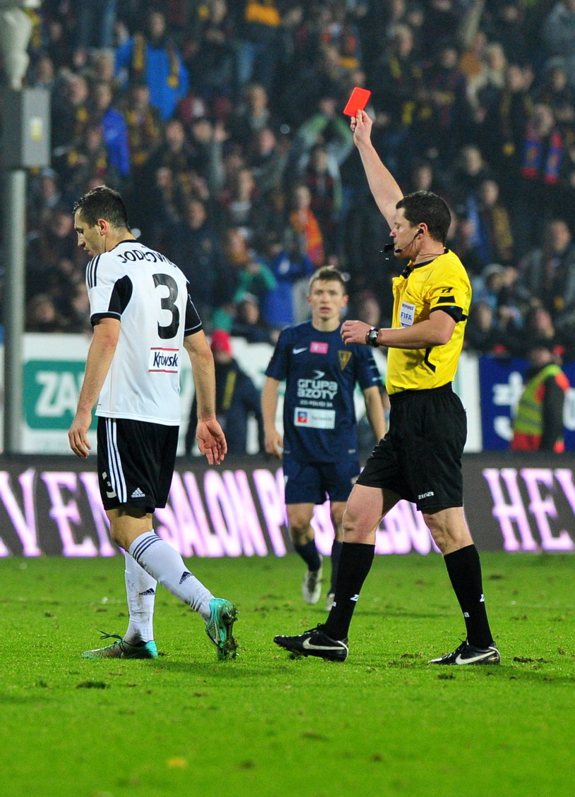Tomasz Jodłowiec otrzymuje czerwoną kartkę w meczu z Pogonią /Marcin Bielecki /PAP