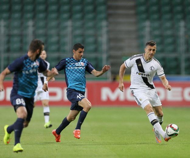 Tomasz Jodłowiec (z prawej) z Legii w meczu z AFC Botosani /Leszek Szymański /PAP