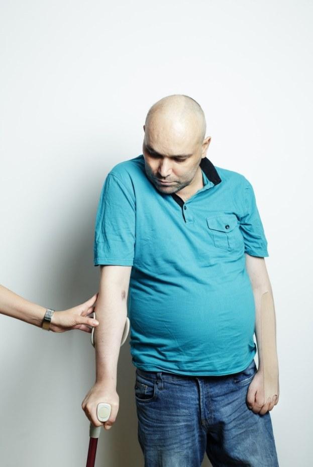Tomasz Kalita podczas sesji do wywiadu, skrajnie wyczerpany chorobą, postanowił wstać do zdjęcia. Jego narzeczona Anna, stojąca tuż obok, starała się usunąć z kadru, ale jednocześnie ciężko jej było zupełnie zerwać z Tomkiem kontakt /Darek Golik/ Forum Polska Agencja Fotografów /