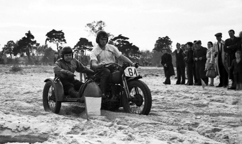 Tomasz Kamiński, jeden z najlepszych polskich kierowców wyścigowych (motocyklowych) przełomu lat 40. i 50., na wojskowym motocyklu Harley-Davidson /Archiwum Tomasza Szczerbickiego