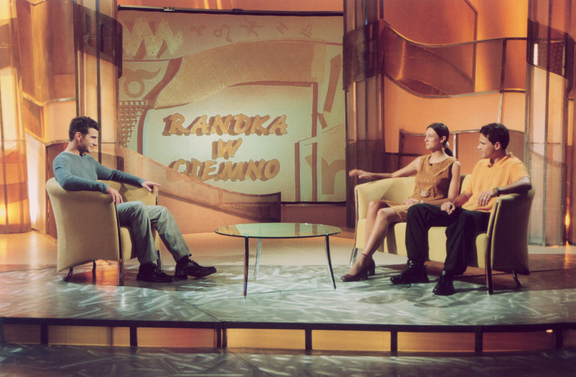 """Tomasz Kammel i goście programu """"Randka w ciemno"""" (2001) /AKPA"""