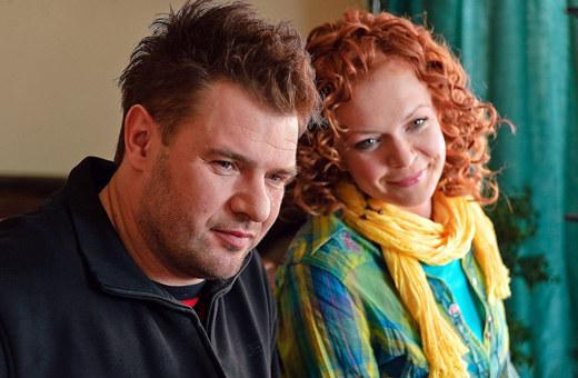 Tomasz Karolak i Daria Widawska na planie serialu /TVN