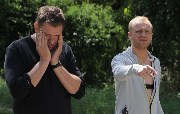 """Tomasz Karolak i Piotr Adamczyk na planie filmu """"Na ostrzu noża""""  /MWMedia"""