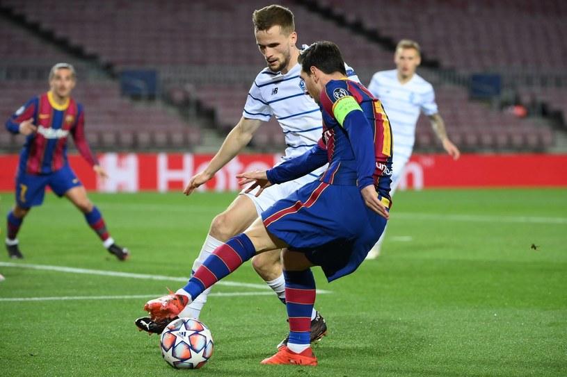 Tomasz Kędziora kontra Leo Messi w Lidze Mistrzów /AFP