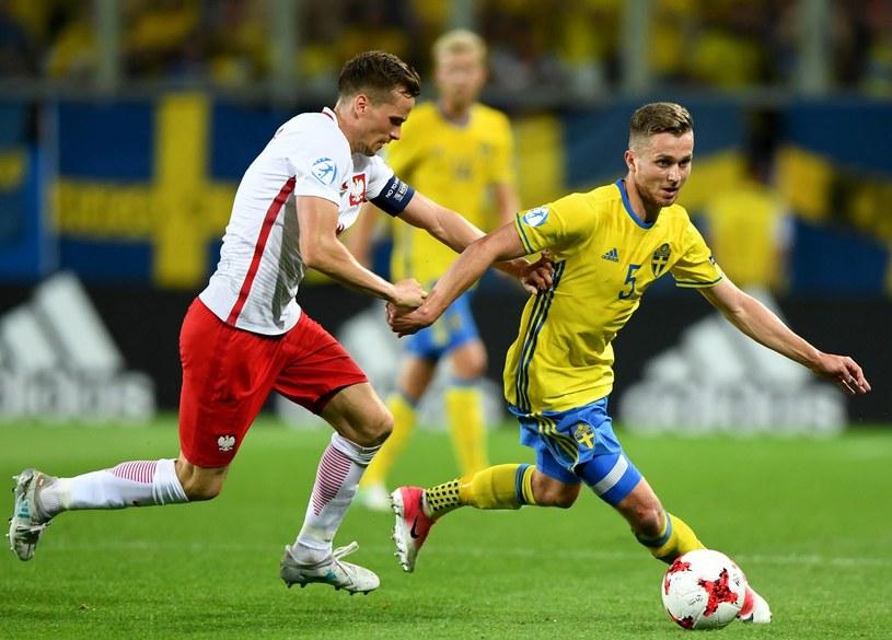 Tomasz Kędziora (z lewej) w meczu ze Szwecją na Euro U-21 /AFP