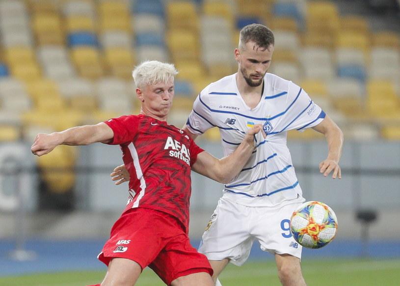 Tomasz Kędziora (z prawej) w meczu z AZ Alkmaar /SERGEY DOLZHENKO /PAP/EPA
