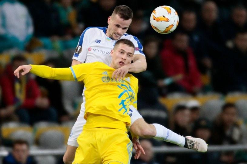 Tomasz Kędziora (z tyłu) walczył o piłkę /AFP
