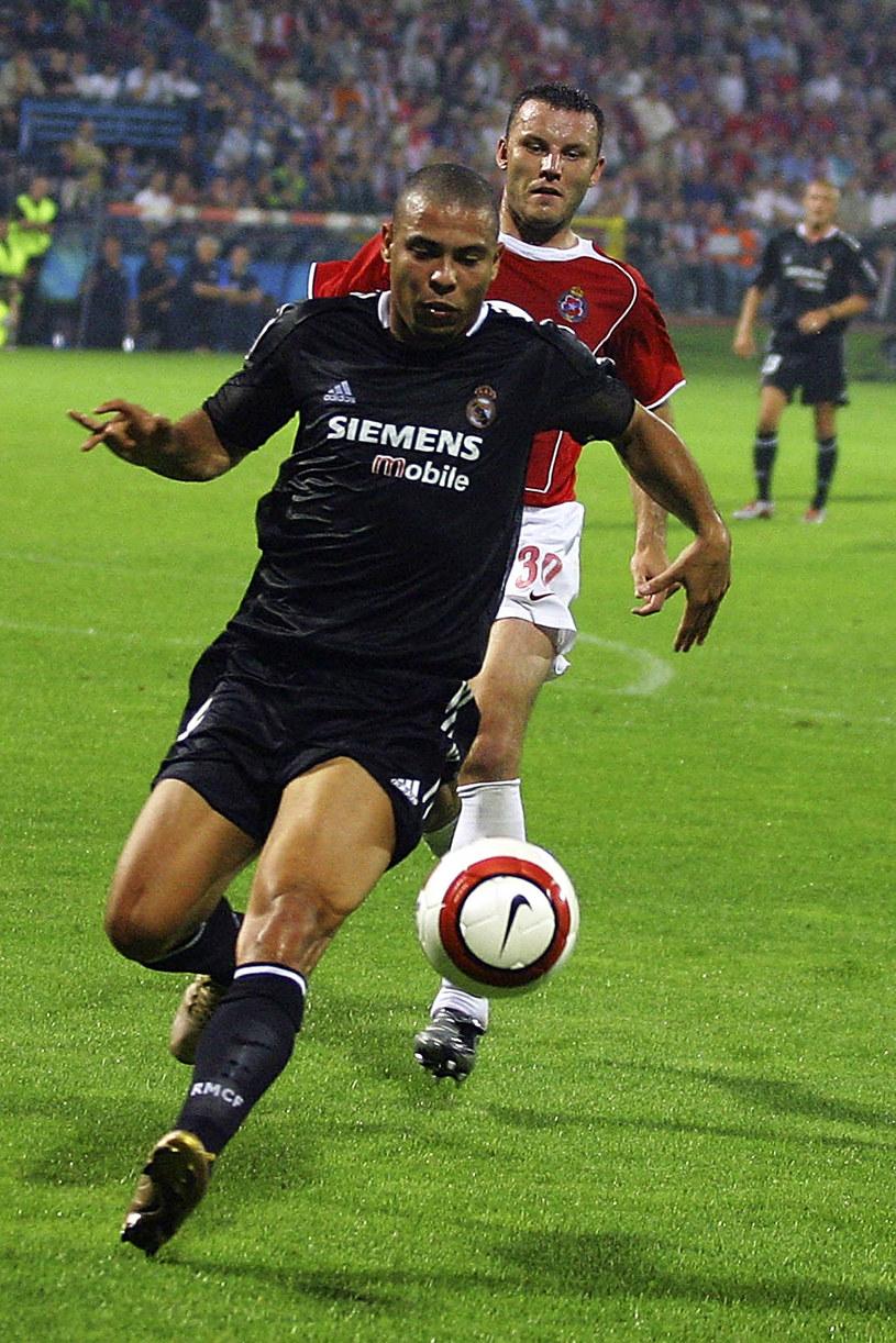 Tomasz Kłos w walce z Ronaldo podczas meczu Wisła Kraków - Real Madryt (2004) w eliminacjach Ligi Mistrzów /AFP