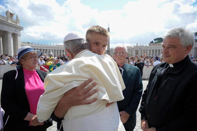 Tomasz Komenda w uścisku z papieżem Franciszkiem /EPA/VATICAN MEDIA HANDOUT /PAP