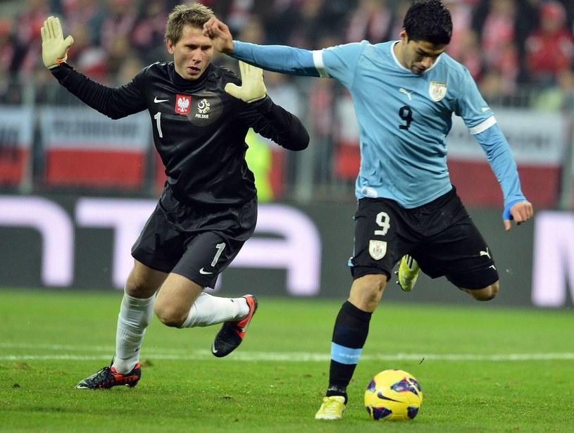 Tomasz Kuszczak kontra Luis Suarez podczas towarzyskiego meczu Polska - Urugwaj w 2012 roku /AFP