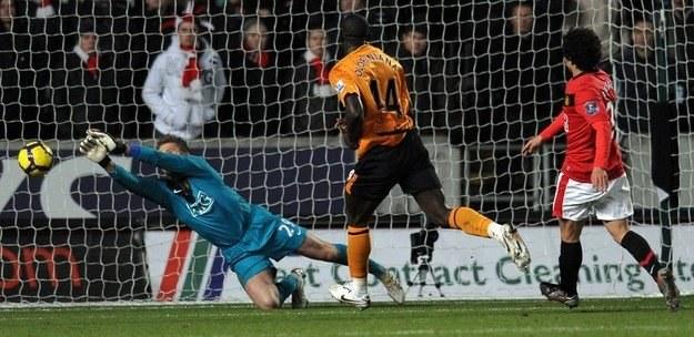 Tomasz Kuszczak (w niebieskiej bluzie) i jego koledzy z Manchesteru Utd przegrali z West Ham /AFP