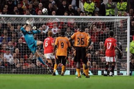Tomasz Kuszczak w starciu z Wolverhampton Wanderers /AFP
