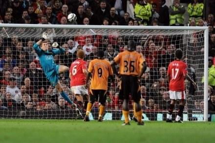 Tomasz Kuszczakw udanej interwencji w meczu z Wolverhampton Wanderers /AFP