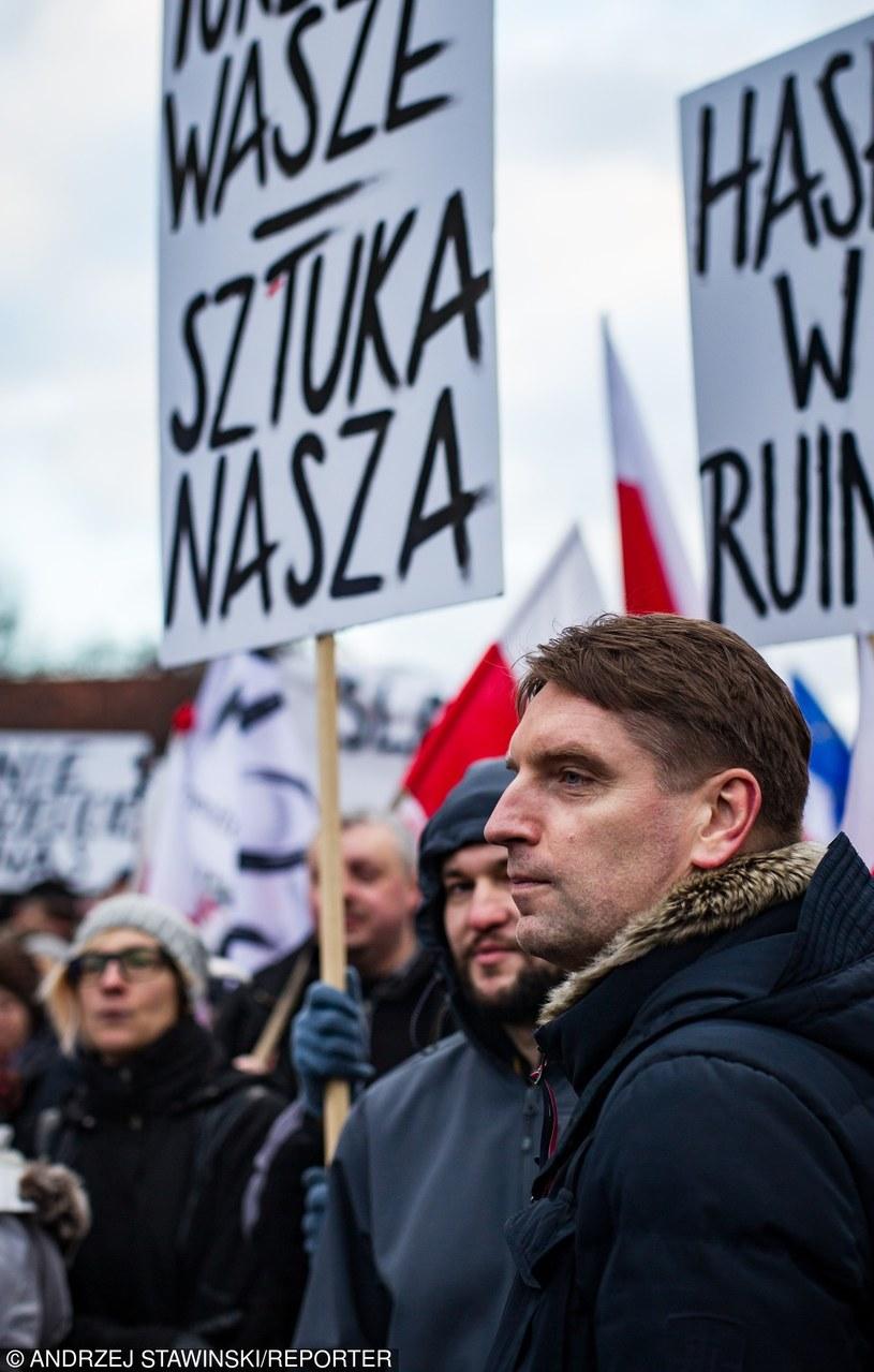 Tomasz Lis podczas manifestacji Komitetu Obrony Demokracji /Andrzej Stawiński /Reporter