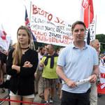 Tomasz Lis z córką na marszu KOD-u