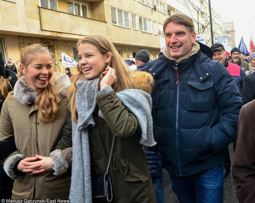 Tomasz Lis z córką na marszu KOD /Mariusz Gaczyński /East News