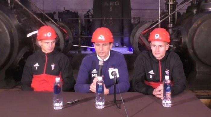Tomasz Loska (L), trener Marcin Brosz (w środku) i Michał Koj na konferencji prasowej w kopalni Guido /Youtube
