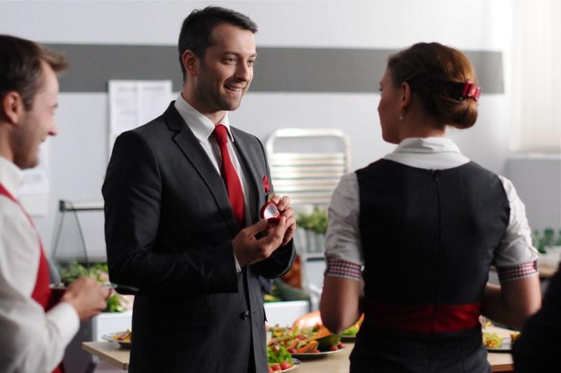 Tomasz oświadczas się Sarze w obecności zespołu hotelowego. Czy zgodzi się zostać żoną Tomasza? /Polsat