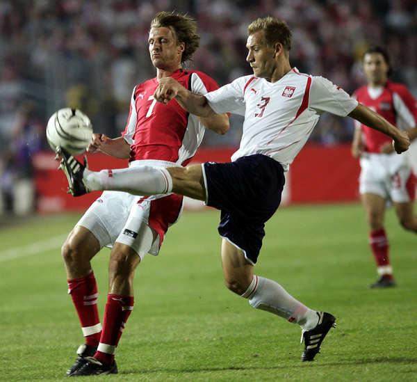 Tomasz Rząsa (z prawej) w meczu z Austrią podczas kwalifikacji do MŚ 2006 roku. Z lewej: Markus Schopp. /AFP