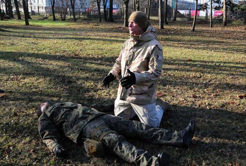 Tomasz Sanak tłumaczy podstawy czynności ratowniczych /Wojskowy Instytut Medyczny /materiały prasowe