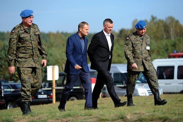"""Tomasz Siemoniak (drugi z prawej) z Donaldem Tuskiem na ćwiczeniach """"Anakonda 2012"""", 26 września /PAP"""