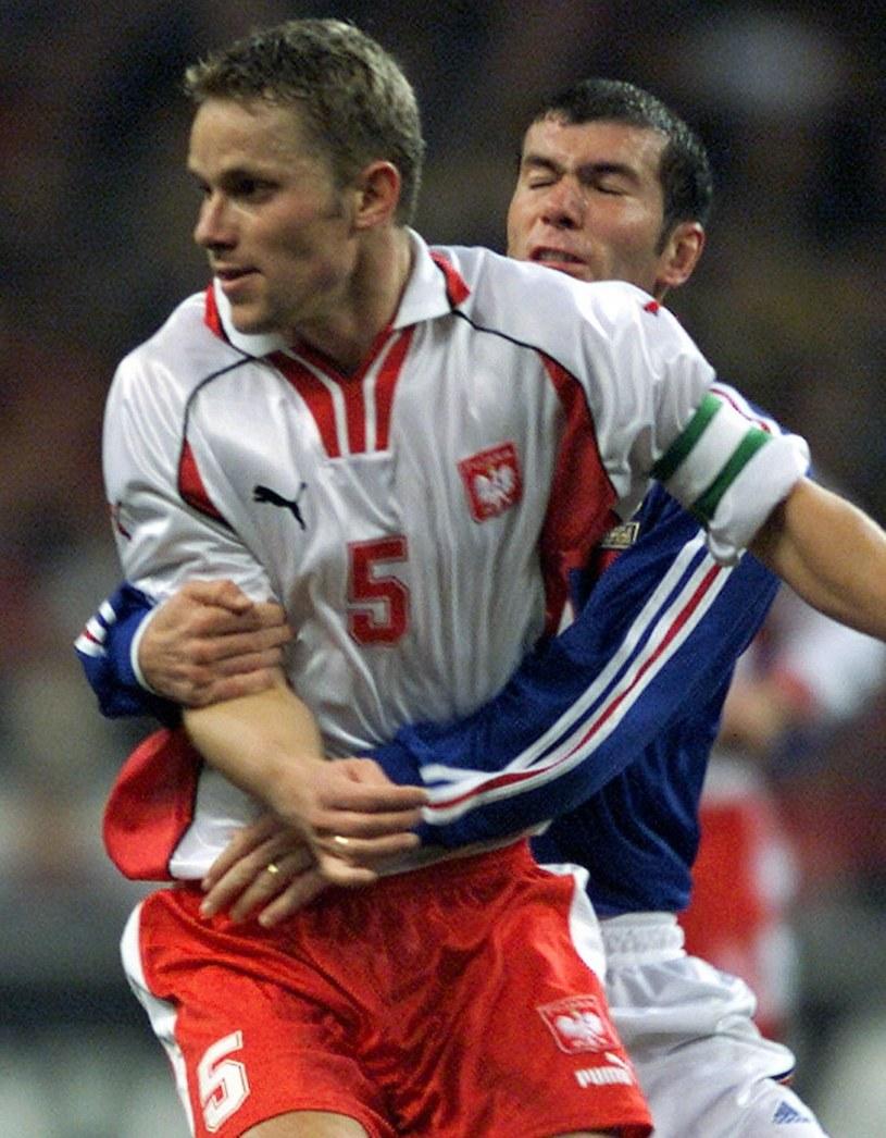 Tomasz Wałdoch w walce o piłkę z Zinedinem Zidanem /PATRICK HERTZOG /East News