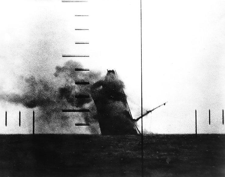 Tonący japoński frachtowiec w peryskopie amerykańskiego okrętu podwodnego typu Tambor /US NAVY /domena publiczna